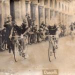 1967, Gran premio Campagnolo, a uno sprint di un traguardo volante a Monte Berico (VI) - Lino Farisato con Michele Dancelli